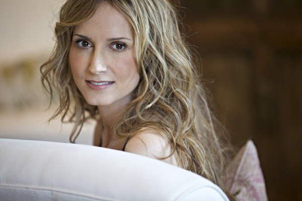 Country music star Chely Wright comes out as lesbian